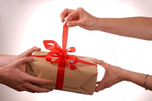 На какую сумму подарить подарок 40